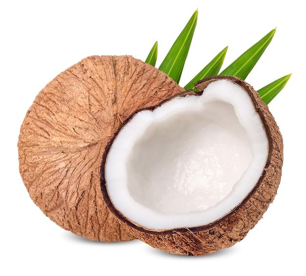 Kokosnoot op wit met het knippen van weg wordt geïsoleerd die