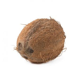 Kokosnoot op witte achtergrond wordt geïsoleerd die