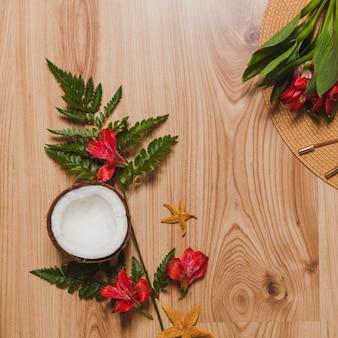 Kokosnoot, planten, bloemen en hoed