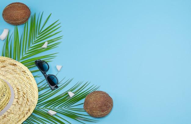 Kokosnoot stro hoed zonnebril foto stockafbeelding