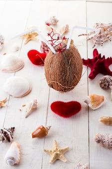 Kokosnootcocktail met zeeschelpen