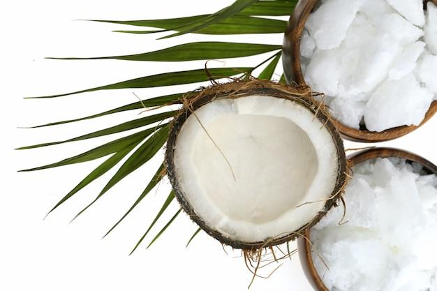 Kokosnootolie. biologische natuurlijke kokosolie in een houten ronde kom