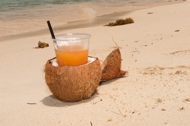 Kokosnoten en cocktails op het strand