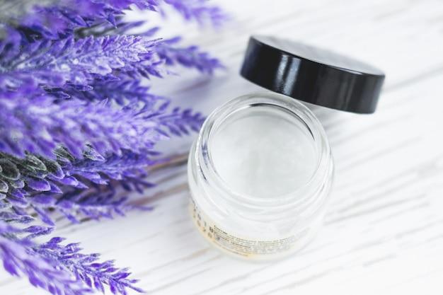Kokosnoten kosmetische olie voor het gezicht op een witte houten achtergrond