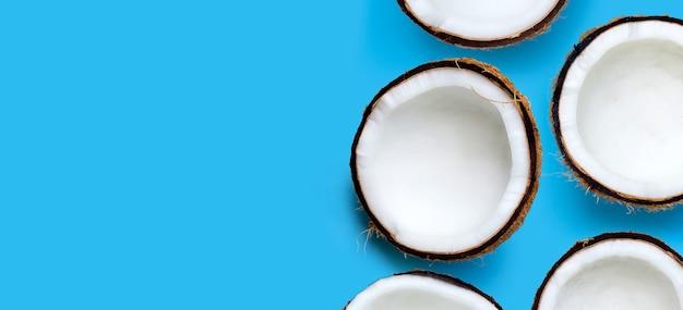 Kokosnoten op blauwe achtergrond. bovenaanzicht