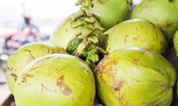 Kokosnoten op de markt