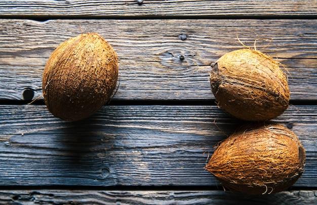 Kokosnoten op een houten achtergrond, voedsel, natuur