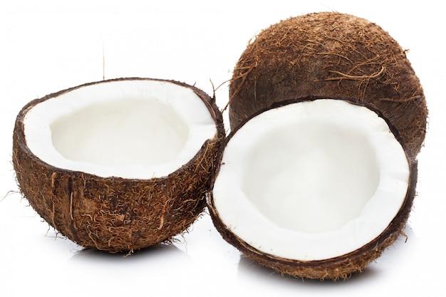 Kokosnoten op wit