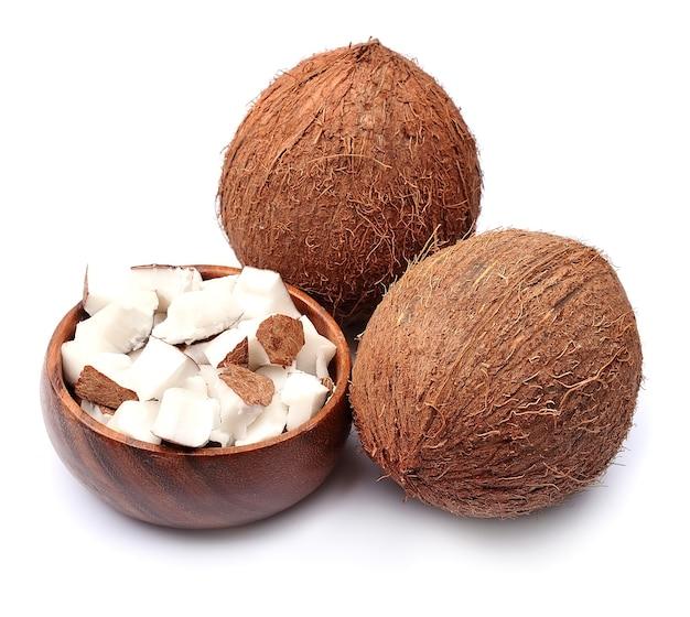 Kokosnoten op wit.