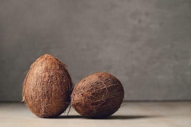 Kokosnoten over houten tafel