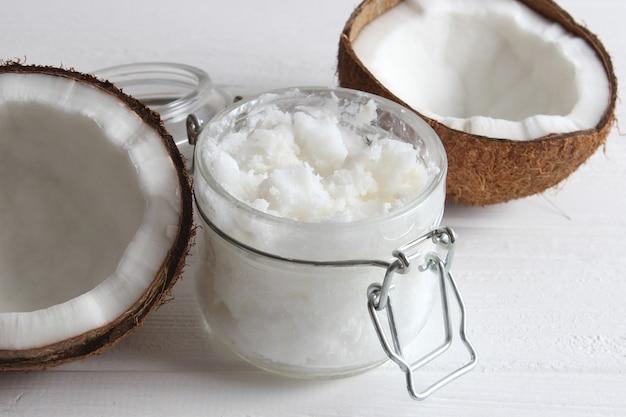 Kokosolie en kokosnoten palmtakken close-up