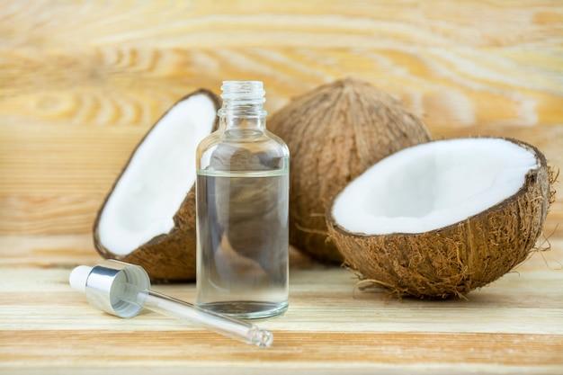 Kokosolie op een houten houten achtergrond