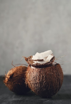 Kokosplakjes over kokos. tropisch fruit