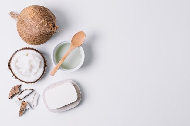 Kokosproducten onder licht met kopie-ruimte