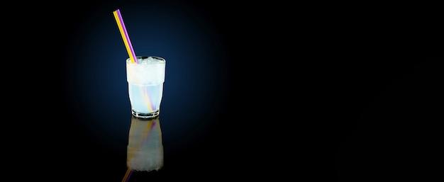 Kokoswater met ijsblokjes
