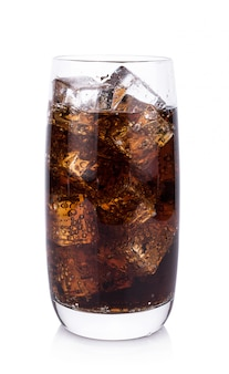 Kola in glas met geïsoleerde ijsblokjes