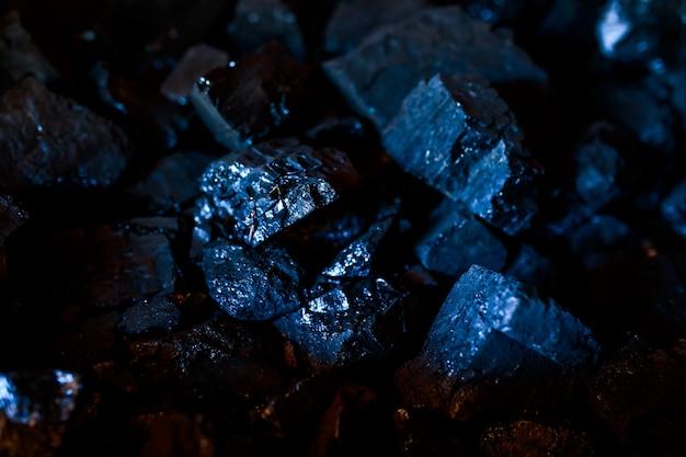 Kolen of koolstof op de donkere achtergrond. kolenclose-up.