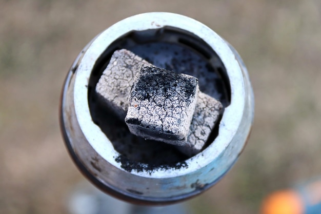 Kolen voor waterpijpclose-up brandende kolen op de waterpijpkom