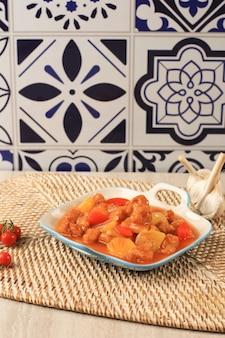 Koloke of kuluyuk chicken is een chinees indonesisch gerecht gemaakt van krokante kip of vis