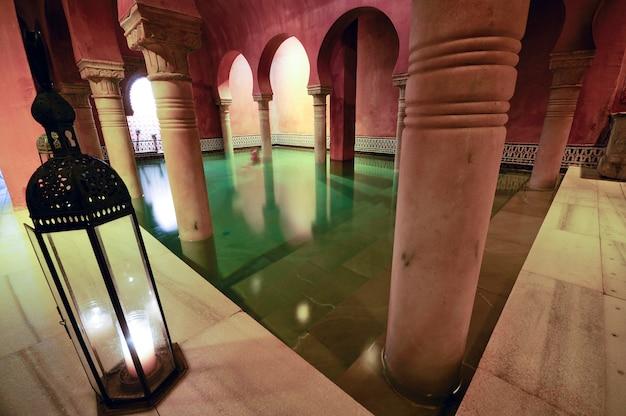 Kolommen van de arabische baden in granada
