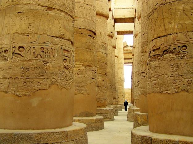 Kolommen van de grote hypostyle zaal in de tempel van karnak, luxor, egypte