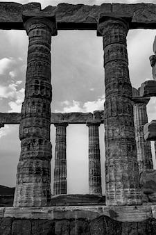 Kolommen van de kaap sounion onder een bewolkte hemel in griekenland