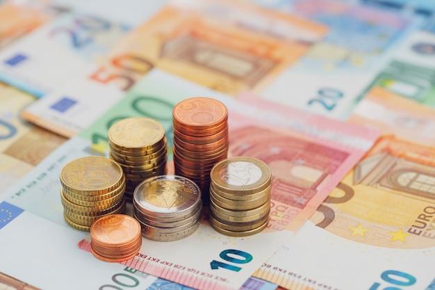 Kolommen van euromunten close up van eurobankbiljetten. het concept van economie en financiën.