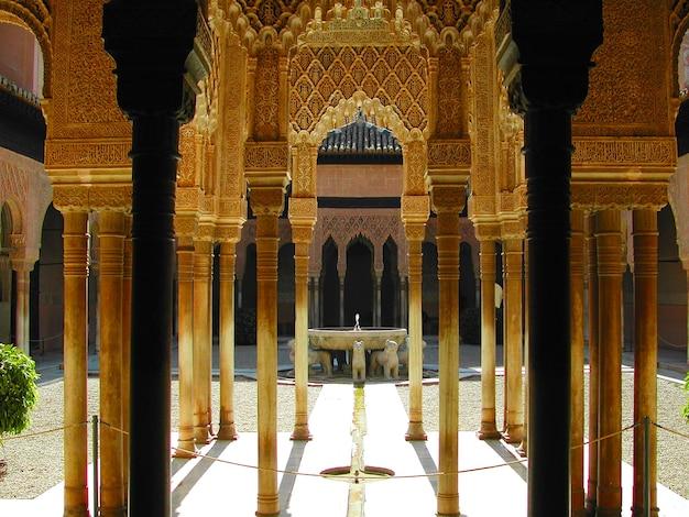 Kolommen van het paleis van alhambra in granada, spanje met uitzicht op het hof van leeuwen