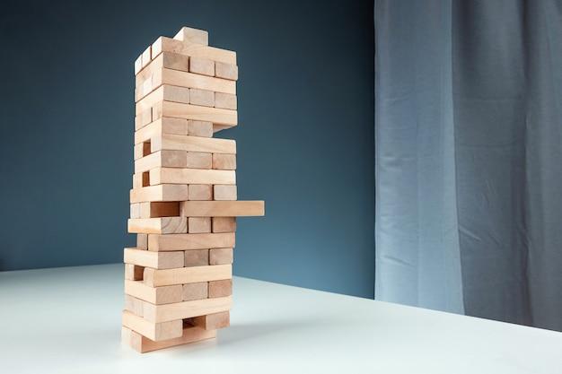 Kolomspel jenga. het concept van een hypotheek, investeringsrisico's, economische crisis, economische instabiliteitsachtergrond