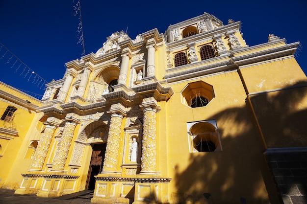 Koloniale architectuur in de oude stad van antigua guatemala, midden-amerika, guatemala