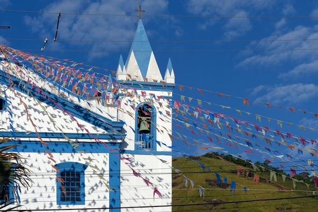 Koloniale kerk versierd met kleurrijke vlaggen