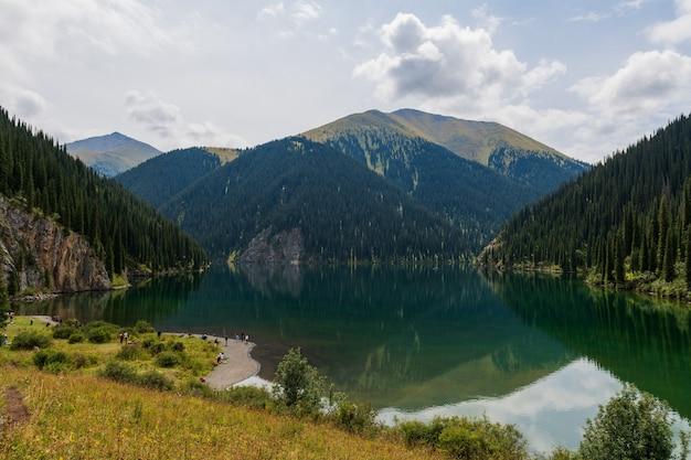 Kolsay-meer - bergmeer in kazachstan