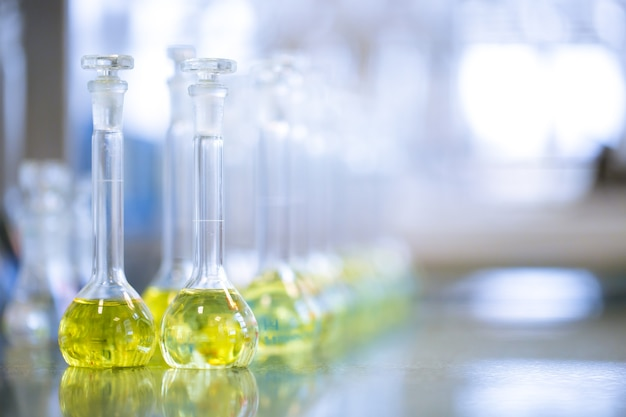 Kolven met vloeistoffen in een laboratorium, een fabriek van de farmaceutische industrie en een productielaboratorium, chemieconcept