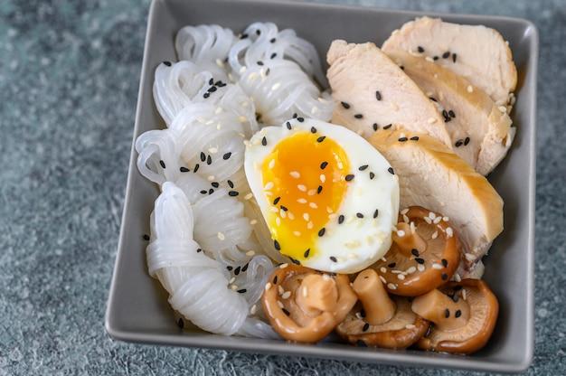Kom aziatisch eten met konnyaku