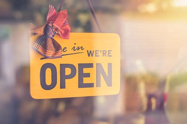 Kom binnen we staan open bord op de toegangsdeur tot het zakenhotel