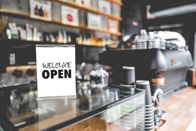 Kom binnen, we zijn open in café-eigenaar, open opstarten met caféwinkel