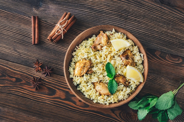 Kom biryani - populaire zuid-aziatische rijstschotel