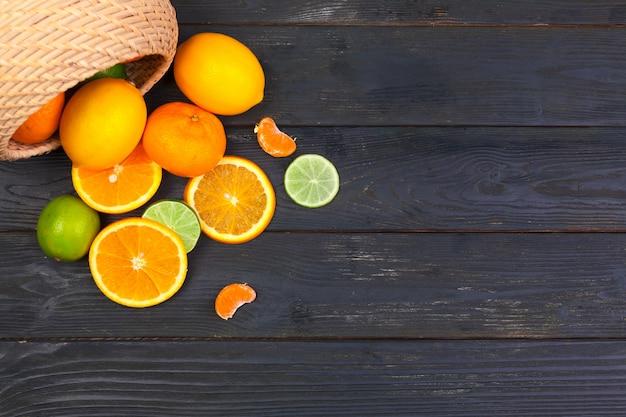 Kom citrusvruchten op zwarte houten achtergrond, hoogste mening