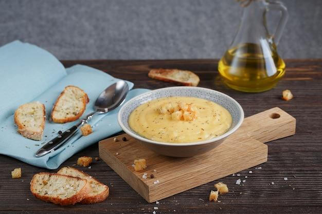 Kom courgette en bloemkool soep op houten tafel