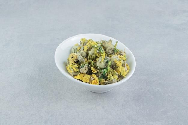 Kom droge chrysantenbloemen