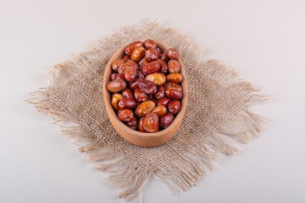 Kom gedroogde smakelijke silverberry vruchten op witte achtergrond. hoge kwaliteit foto