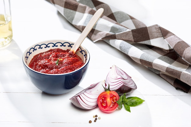 Kom gehakte tomaten op rustieke tafel