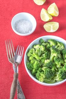 Kom gekookte broccoli met kruiden