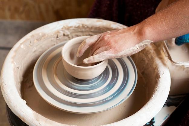Kom gemaakt van klei op een pottenbakkersschijf