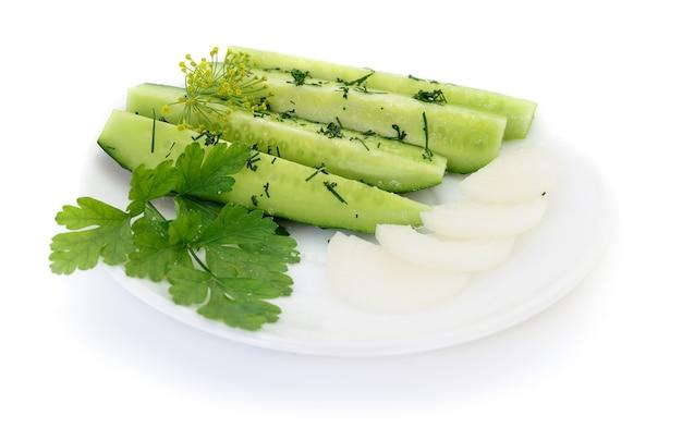 Kom gemengde salade tegen een witte achtergrond