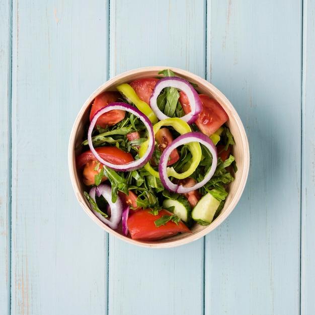 Kom gevuld met gezonde salade bovenaanzicht