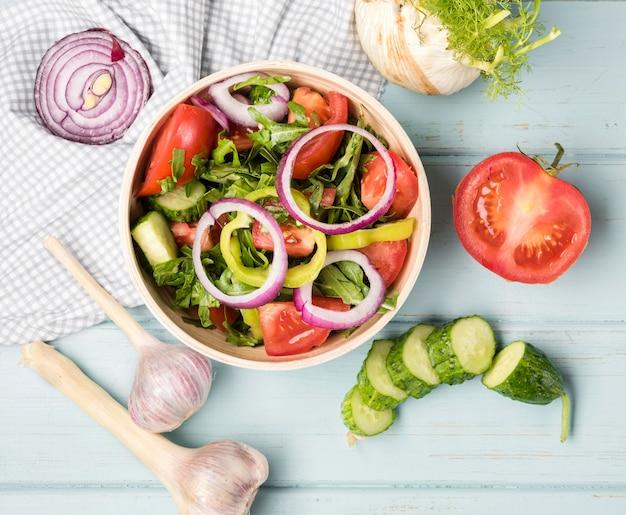 Kom gevuld met gezonde salade