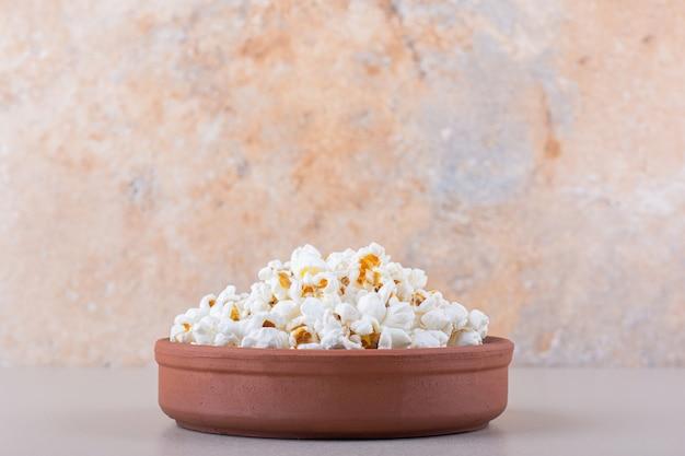 Kom gezouten popcorn voor filmavond op witte achtergrond. hoge kwaliteit foto