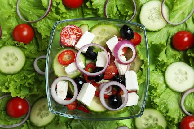 Kom griekse salade en ingrediënten, bovenaanzicht