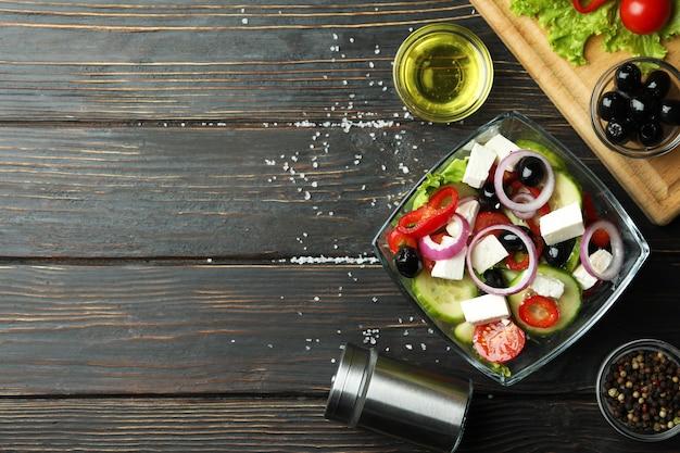 Kom griekse salade en ingrediënten op houten